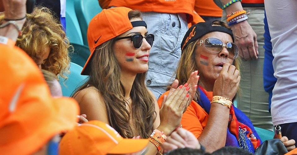 Yolanthe Sneijder mostrou empolgação na arquibancada, acompanhando o marido, Wesley Sneidjer e a seleção holandesa contra a Espanha, na Arena Fonte Nova