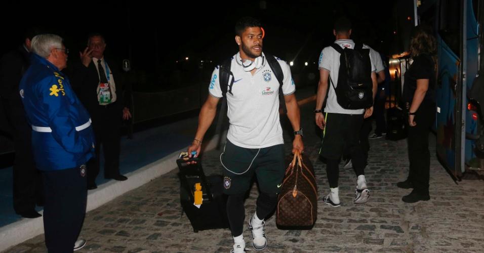 15. jun. 2014 - Hulk carrega suas malas na chegada em Fortaleza
