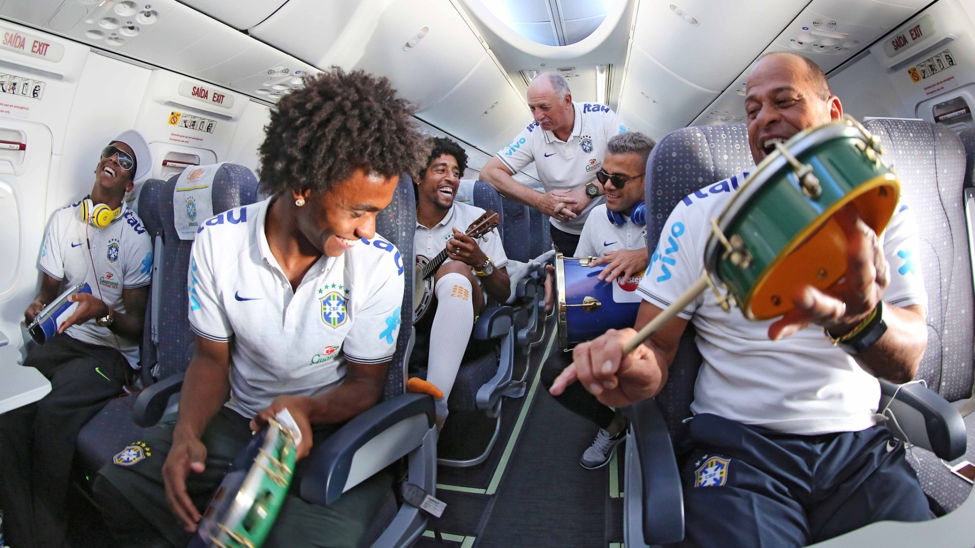 15. jun. 2014 - Seleção se diverte no voo do Rio de Janeiro para Fortaleza