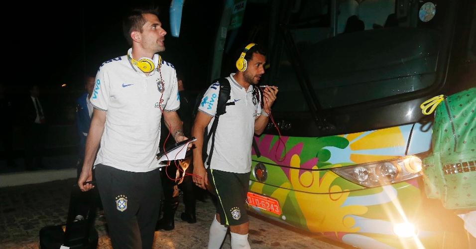 15. jun. 2014 - Victor e Fred, falando no telefone, chegam com a seleção na Fortaleza