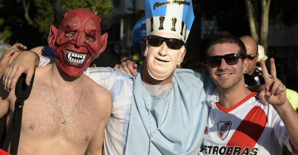 15.jun.2014 - Olha o que a Copa do Mundo consegue fazer: uniu o papa e o diabo