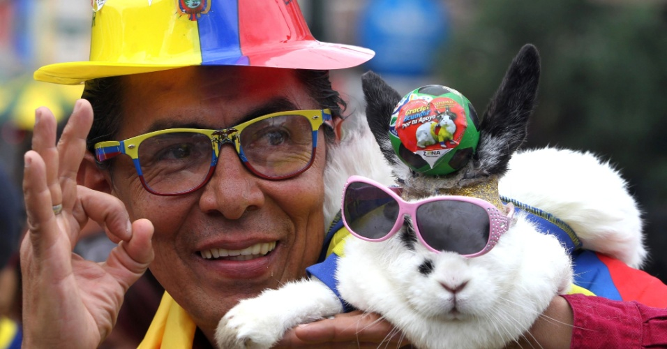 15.jun.2014 - Para que usar um pé de coelho se você pode usar um coelho inteiro? Para dar sorte ao Equador, este torcedor até colocou uma fantasia no bichinho, mas não deu muito certo com o golzinho da Suíça no fim