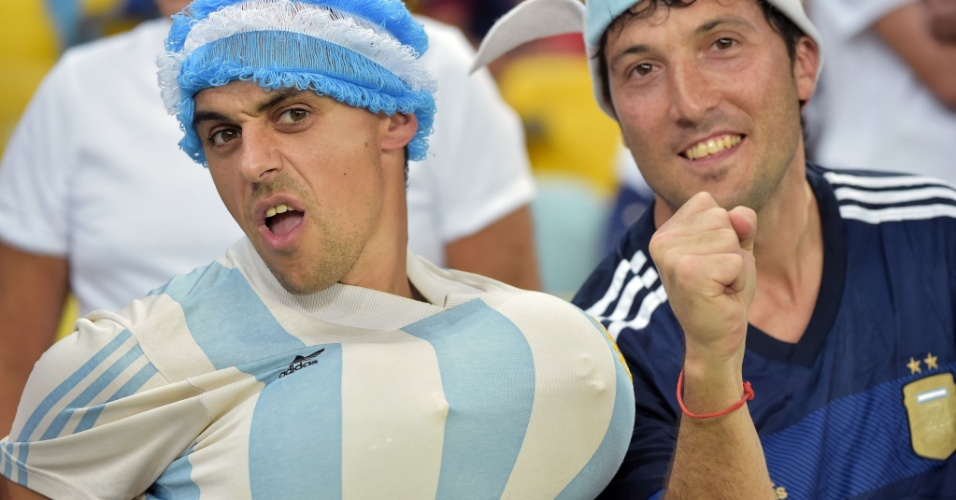15.jun.2014 - Torcedor argentino mostra que tem peito para encarar a Bósnia no Maracanã
