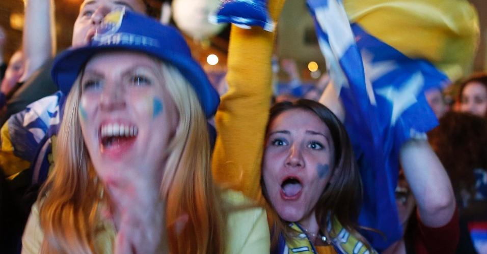 15.jun.2014 - Torcedoras acompanham a derrota da Bósnia em Saravejo