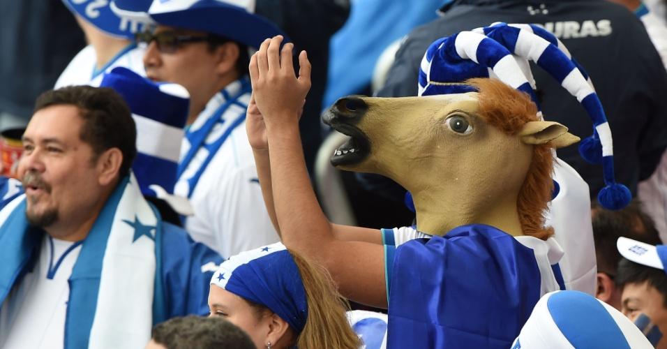 15.jun.2014 - Você achou o Wilson Palacios um cavalo por suas entradas violentas no jogo contra a França? Bom, pergunte a este torcedor de Honduras se ele tem a mesma opinião