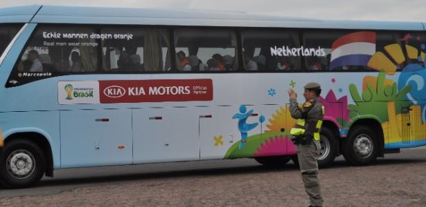 Sem torcida, policial foi quem registrou a chegada da Holanda em Porto Alegre nesta segunda-feira