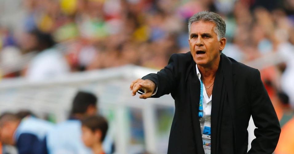 16.jun.2014 - Carlos Queiroz, técnico do Irã, orienta sua equipe durante jogo contra a Nigéria pela Copa do Mundo
