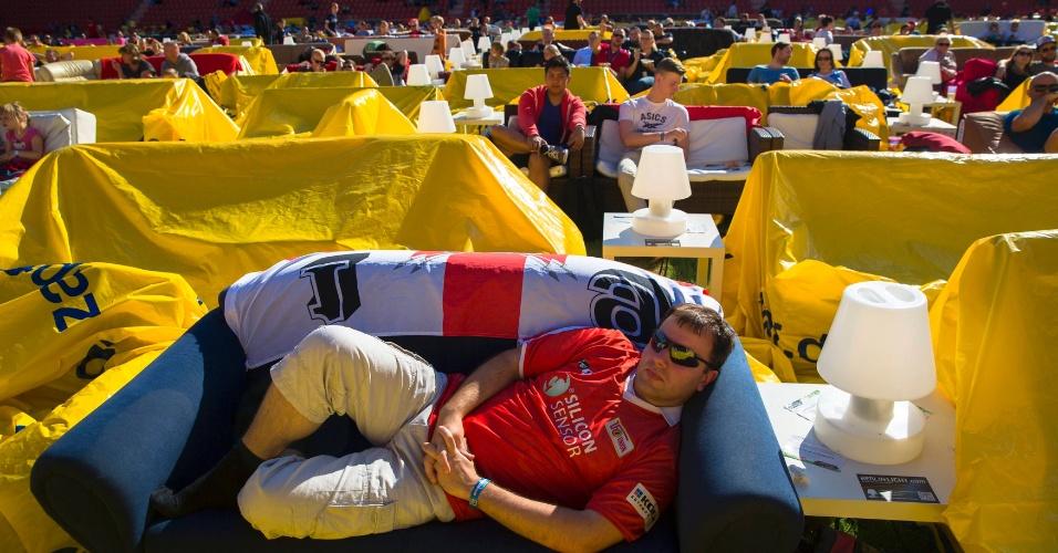 16.jun.2014 - Evento público em Berlin reúne torcedores que levam sofás para assistir à seleção da Alemanha na estreia da Copa