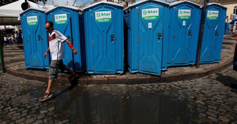 16.jun.2014 - Torcedor alemão enfrenta dificuldade para usar banheiro químico no largo do Terreiro de Jesus, em Salvador, cidade onde acontece jogo entre Portugal e Alemanha