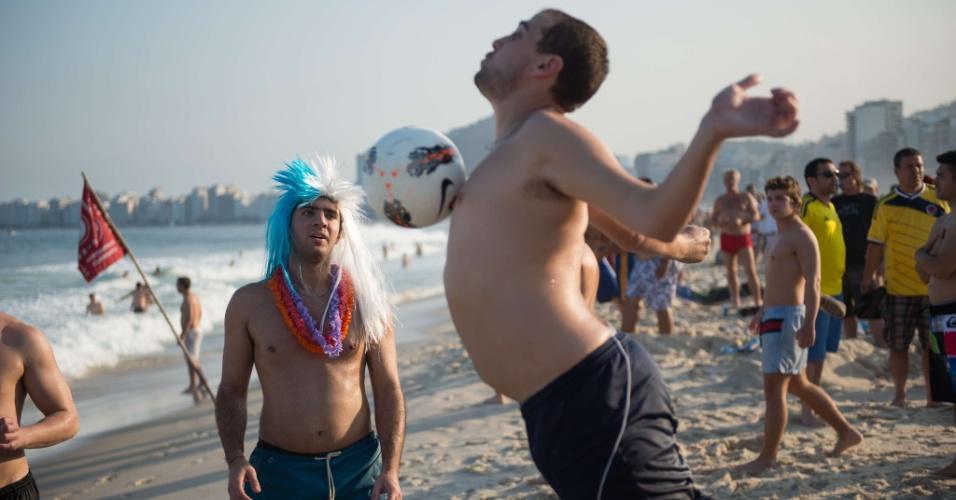 16.jun.2014 - Torcedor argentino não mostra muita intimidade com a bola nas areias de Copacabana