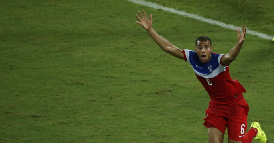16.jun.2014 - A comemoração pelo segundo gol dos EUA contra Gana na Arena das Dunas foi intensa