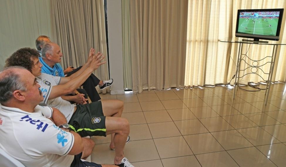 Acompanhado de David Luiz e do auxiliar Flávio Murtosa, Luiz Felipe Scolari assiste ao jogo entre Alemanha e Portugal