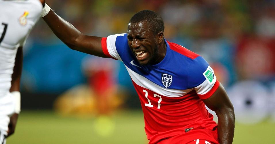 16.jun.2014 - Americano Altidore não esconde a dor que sentiu com uma lesão na coxa ainda no primeiro tempo do jogo contra Gana