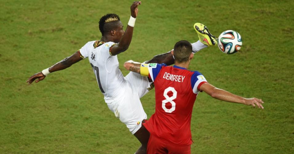 16.jun.2014 - Americano Dempsey divide lance no alto com o ganês Boye e sofre sangramento no nariz