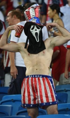 16.jun.2014 - Americano vai à estreia dos EUA na Copa vestindo máscara do Pânico e calção de Rocky Balboa