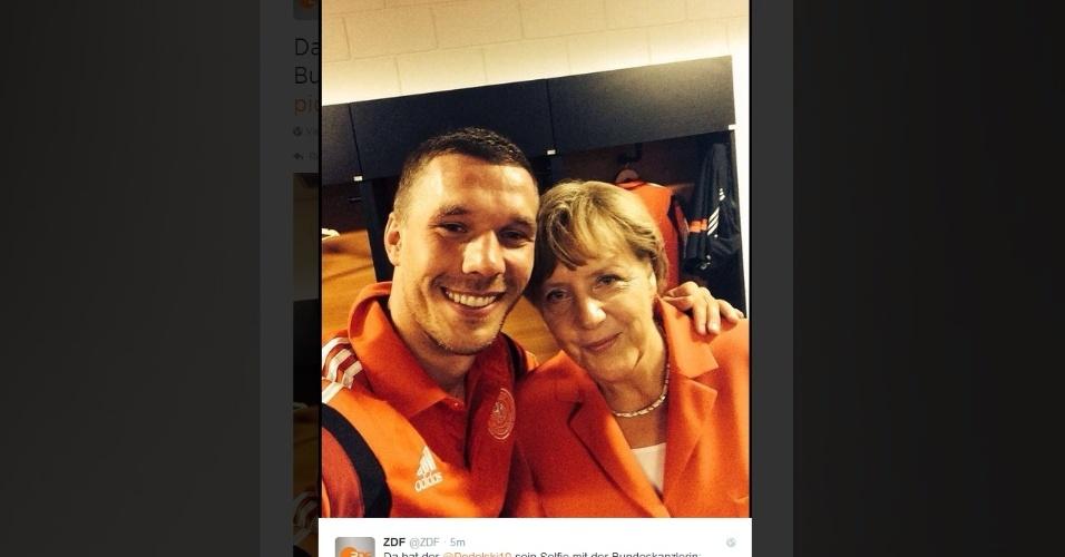 Após goleada, atacante Podolski tira foto com a chanceler alemã Angela Merkel