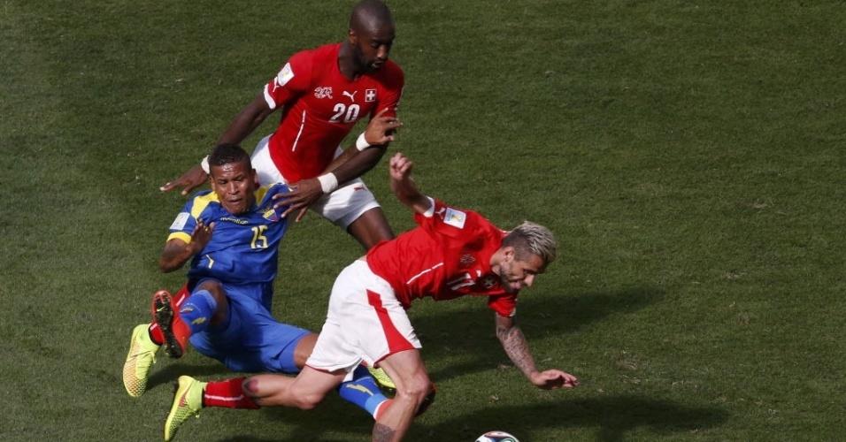 Behrami escapa de falta no jogo entre Suíça e Equador