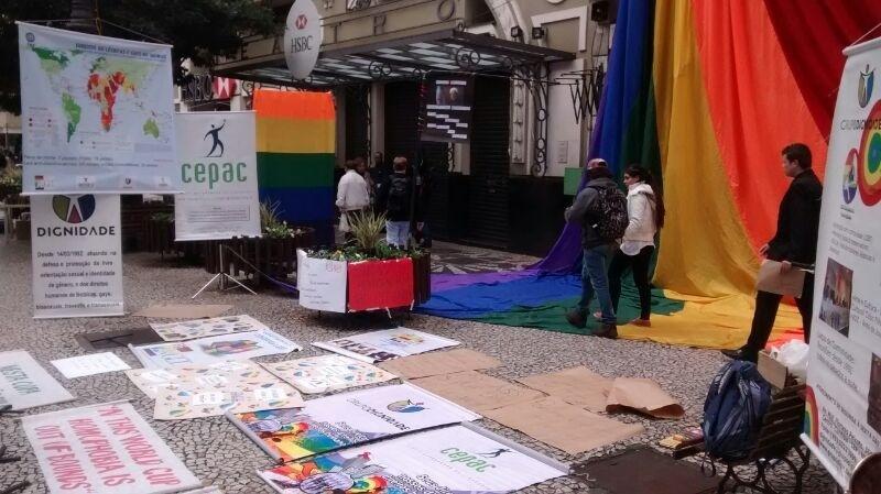 Cartazes manifestado repúdio às leis de intolerância ficaram espalhados na rua