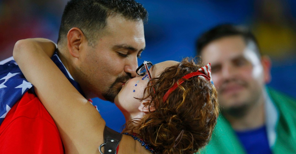 16.jun.2014 - Casal americano se beija antes da partida dos EUA contra Gana na Arena das Dunas