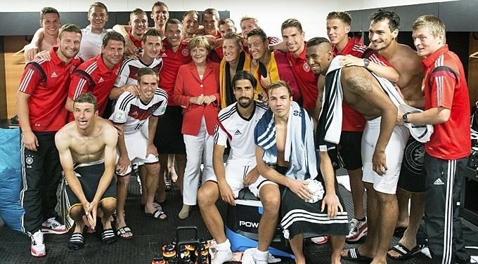 Chanceler alemã Angela Merkel tira foto com seleção após goleada por 4 a 0 sobre Portugal em estreia na Copa do Mundo