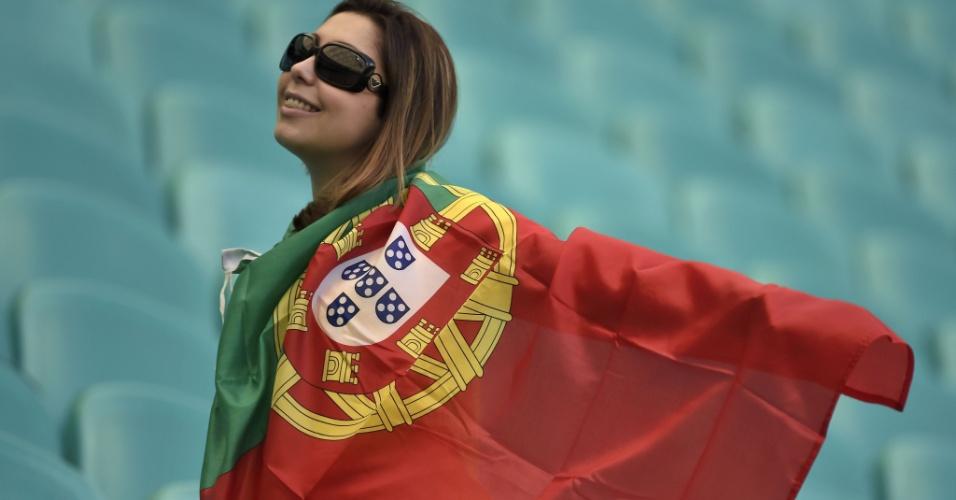 Com bandeira de Portugal, torcedora se prepara para torcer por Portugal, na estreia da seleção na Copa contra a Alemanha