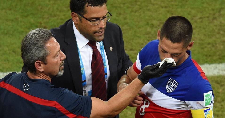 16.jun.2014 - Com o nariz sangrando, americano Dempsey recebe atendimento médico após dividida com Boye, de Gana