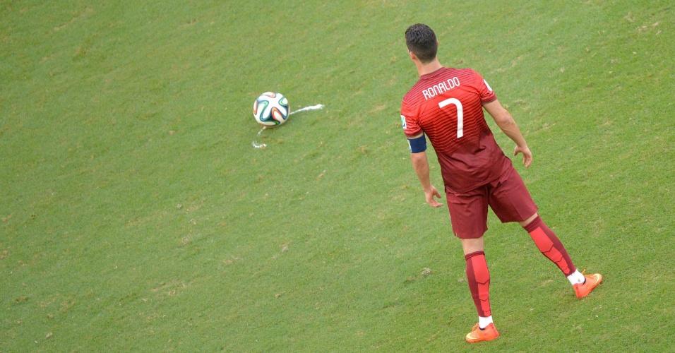 Cristiano Ronaldo se posiciona para cobrar uma falta na partida entre Portugal e Alemanha