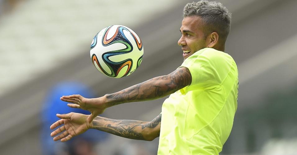 Daniel Alves durante treino da seleção para o jogo contra o México, no Castelão