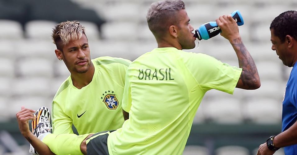 Daniel Alves e Neymar fazem atividade de aquecimento no gramado do Castelão