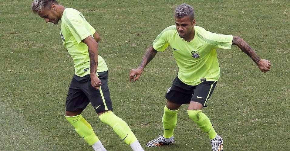 Daniel Alves se esforça para roubar bola de Neymar durante treino da seleção brasileira