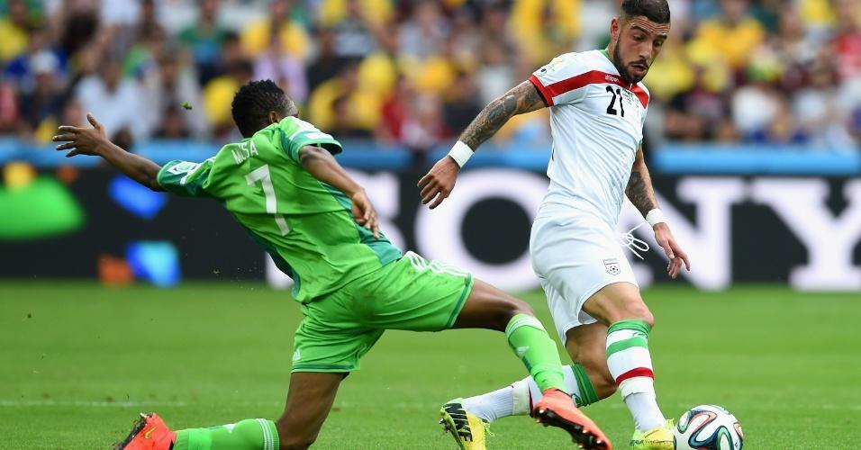 Dejagah, do Irã, tenta evitar carrinho de Musa, da Nigéria, no duelo em Curitiba