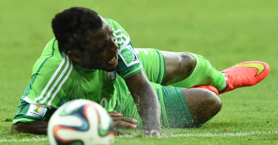Emmanuel Emenike cai no gramado da Arena da Baixada durante o duelo entre Nigéria e Irã