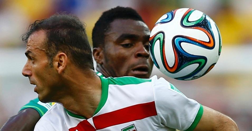Emmanuel Emenike, da Nigéria, e Jalal Hosseini, do Irã, disputam a bola na Arena da Baixada