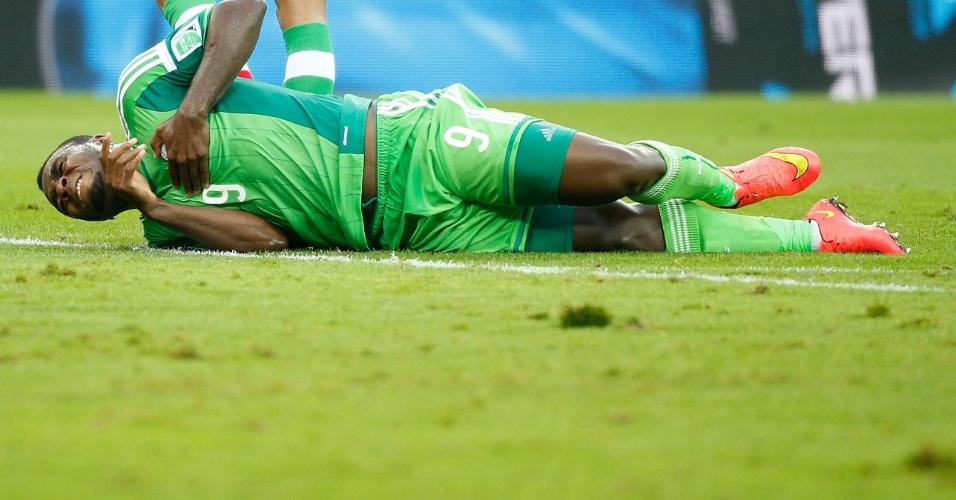 Emmanuel Emenike fica no chão do estádio da Arena da Baixada após sofrer falta