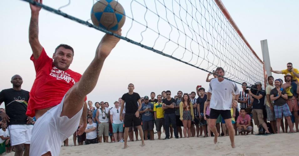 Ex-jogador da Itália Cristian Vieri tenta alcançar bola com os pés em partida de exibição na praia de Ipanema