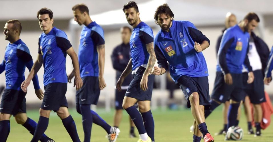 Georgios Samaras chuta bola durante treino da Grécia, em Aracaju