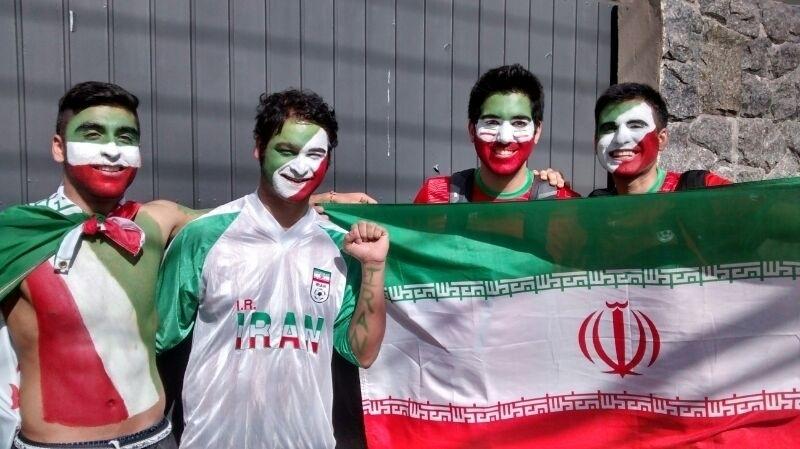 Grupo de torcedores do irã pinta o rosto com as cores do país antes da estreia na Copa do Mundo