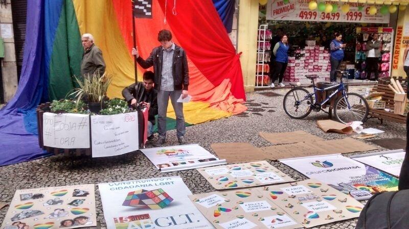 Grupo LGBT organizou um protesto no centro de Curitiba contra as leis que condenam homoessexuais tanto no Irã como na Nigéria