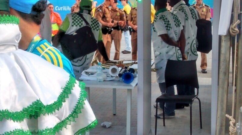 Instrumentos musicais da torcida nigeriana são retidos pela PM na Arena da Baixada