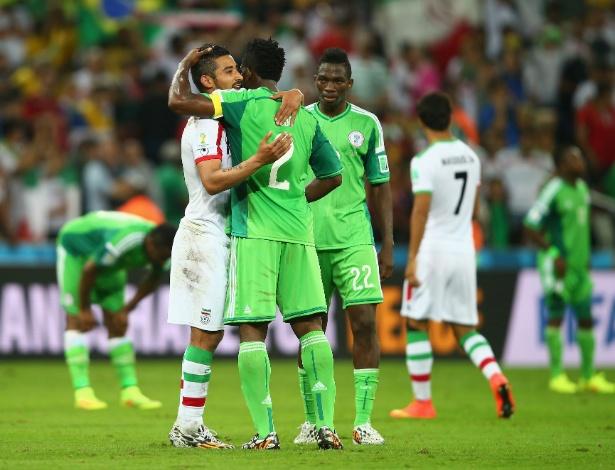 Iranianos e nigerianos se abraçam após o primeiro 0 a 0 da Copa no Brasil