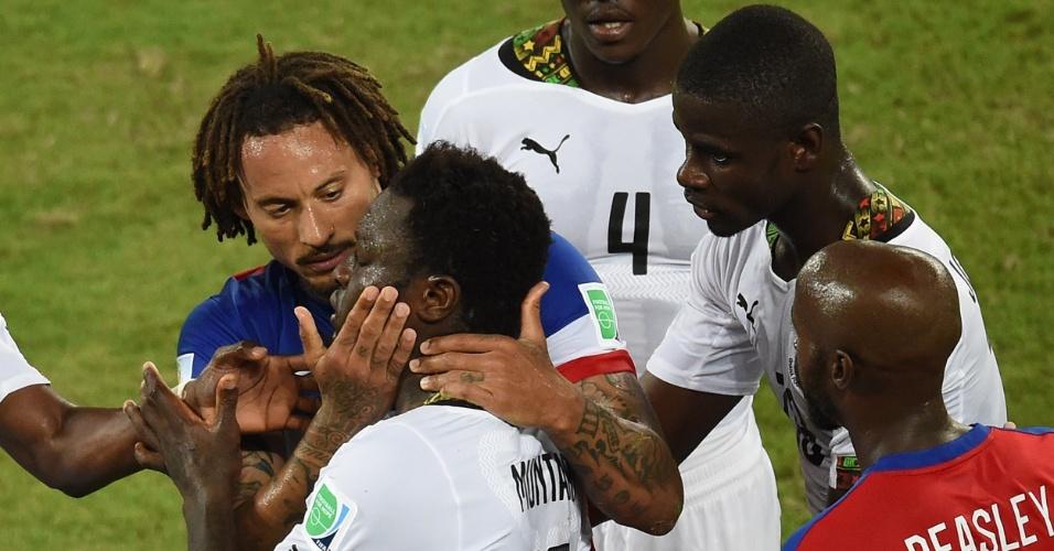 16.jun.2014 - Jermaine Jones tenta acalmar Muntari depois de desentendimento no jogo na Arena das Dunas