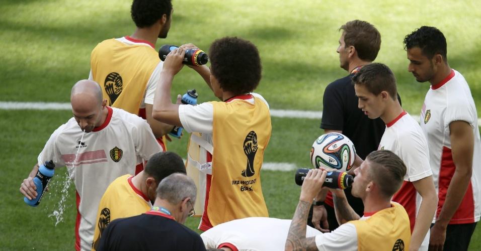 Jogadores da Bélgica se refrescam durante treino no estádio do Mineirão, em Belo Horizonte