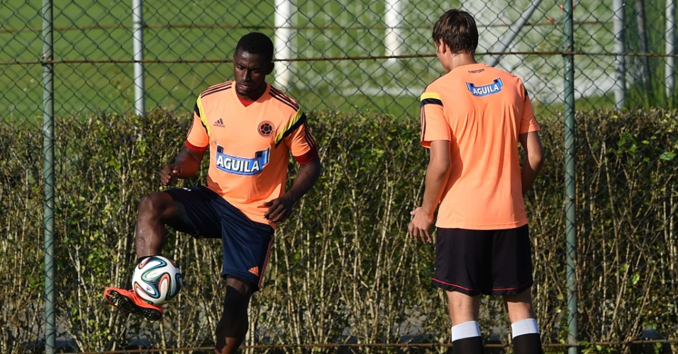 Jogadores da Colômbia fazem treino com bola no CT de Cotia, em São Paulo