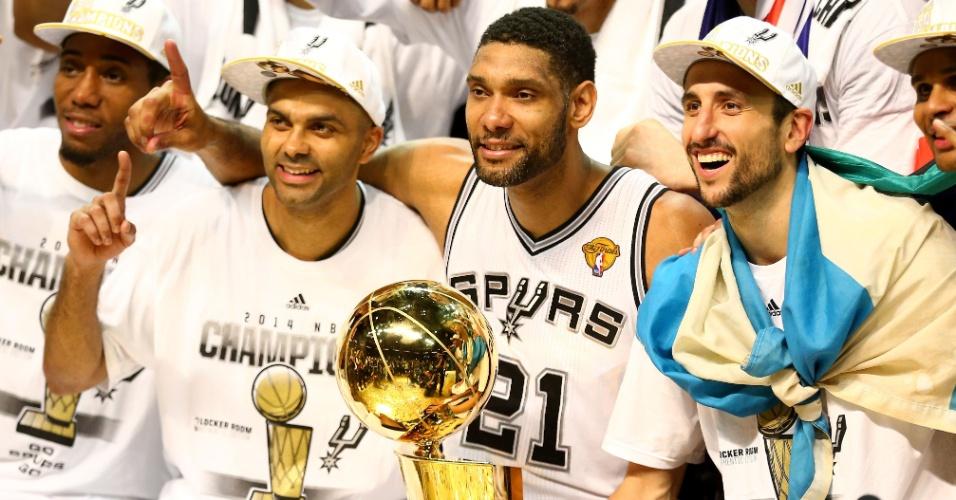 Jogadores do San Antonio Spurs exibem o troféu da NBA após vitória sobre o Miami Heat