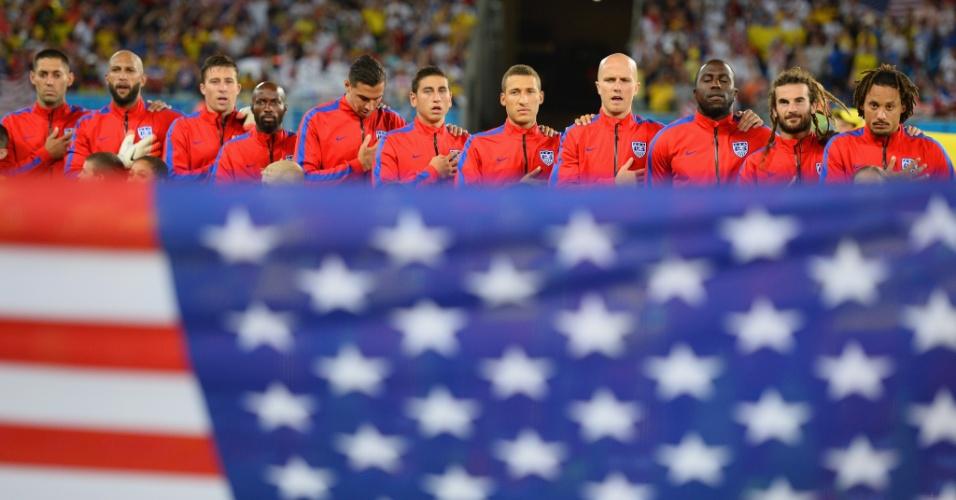 16.jun.2014 - Jogadores dos EUA ficam perfilados no gramado da Arena das Dunas durante o hino nacional
