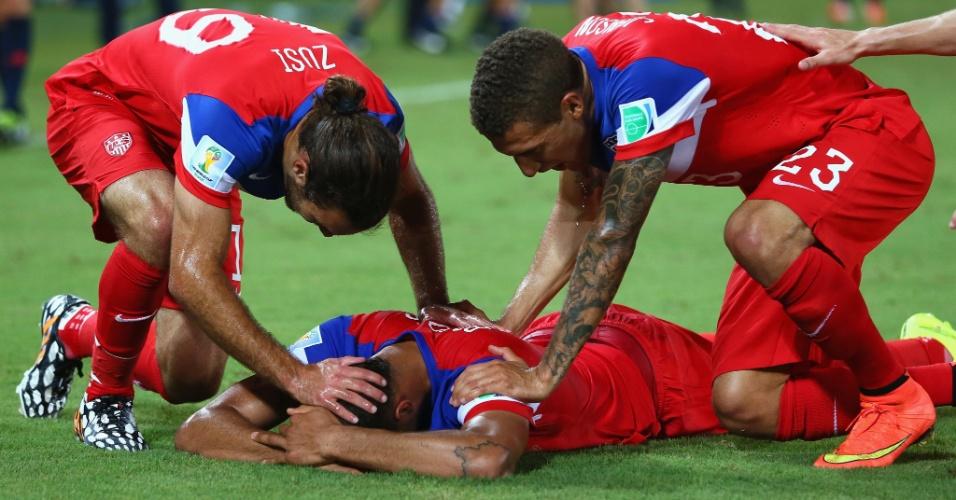 16.jun.2014 - John Brooks cai no gramado depois de marcar o gol da vitória dos EUA contra Gana por 2 a 1, na Arena das Dunas