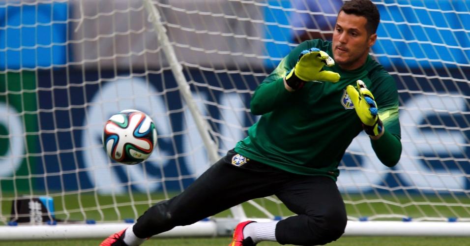 Julio César treina no gramado do Castelão um dia antes da partida contra o México