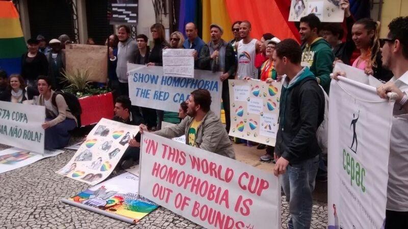 Manifestantes protestam contra leis que condenam homossexuais no Irã e na Nigéria