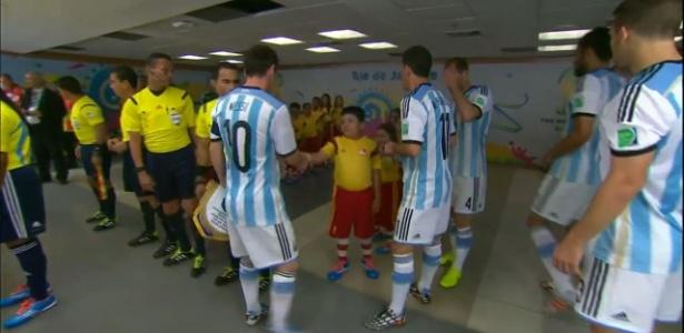Agustín Illescas, da Guatemala, tentou cumprimentar Messi antes do jogo contra a Bósnia