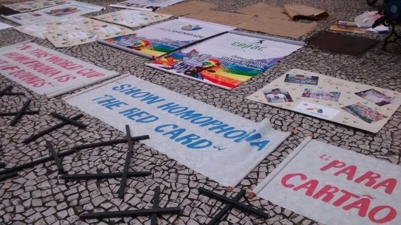 """""""Mostre à homofobia o cartão vermelho"""", diz cartaz"""